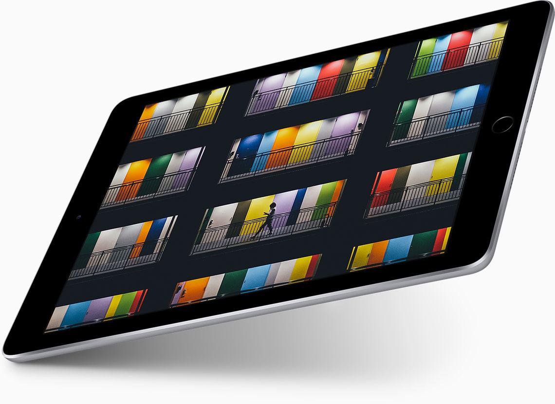 """Pantalla Retina: un tamaño tan brillante como su pantalla. Increíble pantalla Retina. La nítida pantalla Retina de 9.7 pulgadas tiene el nivel de detalle y el tamaño ideal para disfrutar de tus fotos, hacer compras o crear presentaciones increíbles. Pantalla Retina de 9.7""""; resolución de 2048 x 1536"""